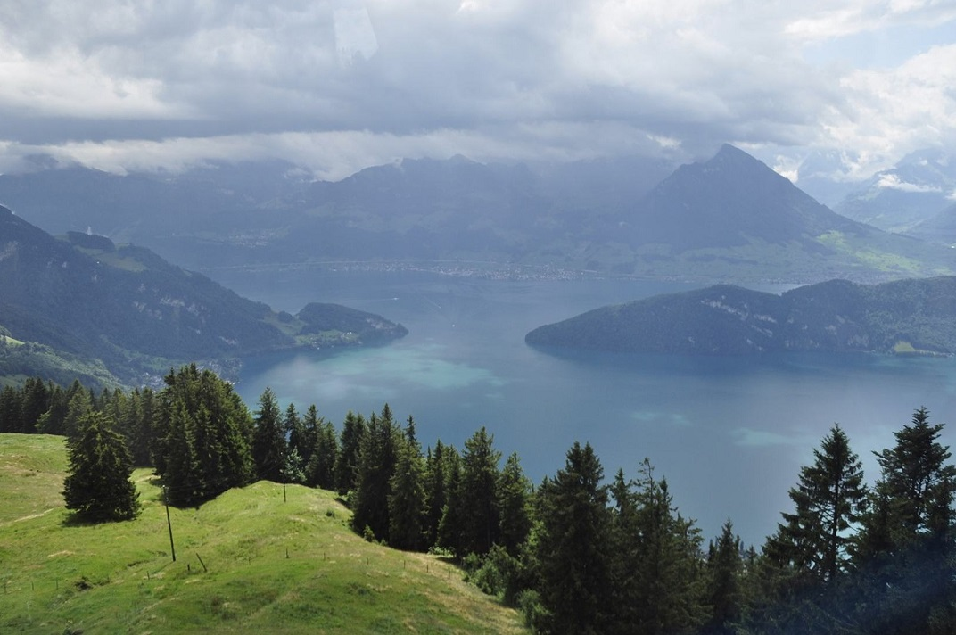 Vista del llac de Quatre Cantons des del funicular de Rigi